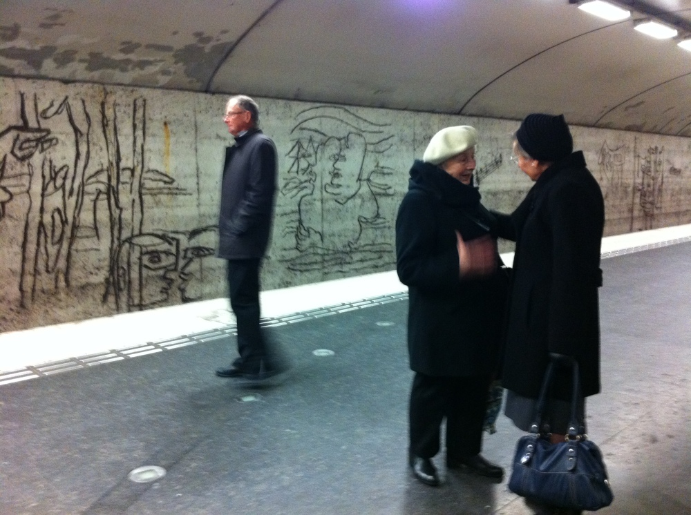 People waiting on the platform at Östermalmstorg tunnelbana